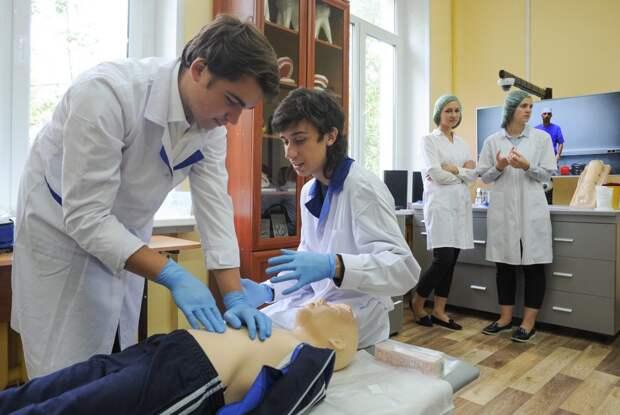 Школьники из Куркина осваивают профессию врачей в детской больнице