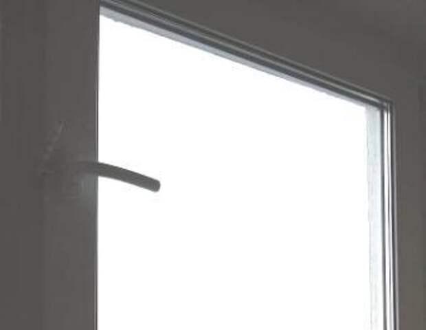 Окна отремонтировали в доме на Абрамцевской