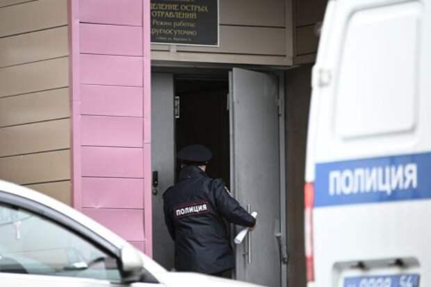 Полицейский заходит в больницу, куда был доставлен оппозиционный политик Алексей Навальный, Омск, 20 августа 2020 года. REUTERS/Alexey Malgavko