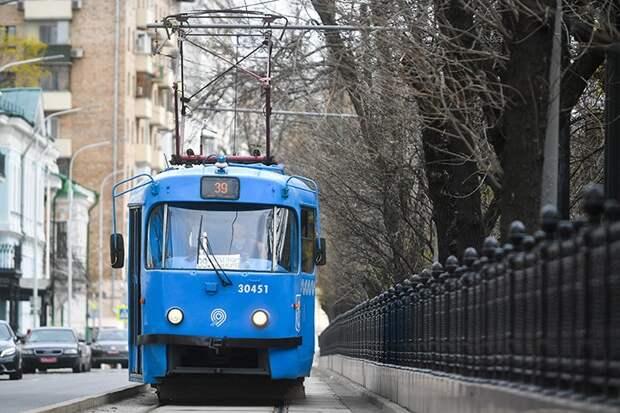 Движение шести трамваев временно ограничили на Новощукинской улице