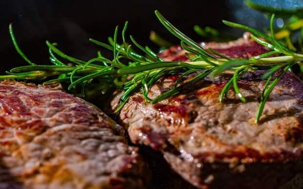 Врач рассказала о вреде полного отказа от мяса