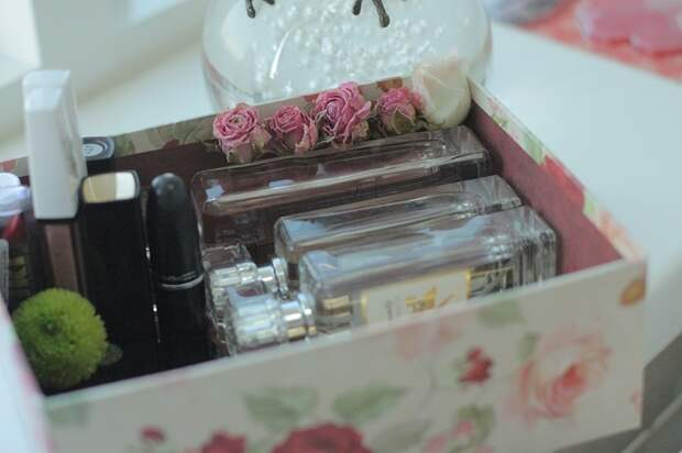 Духи можно хранить в коробке. / Фото: ninel.by