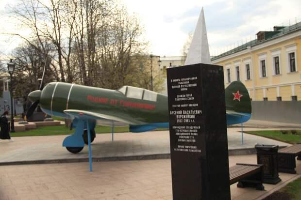Кпразднованию Дня Победы отреставрированный памятник двум летчикам-героям вновь установлен вНижегородском кремле