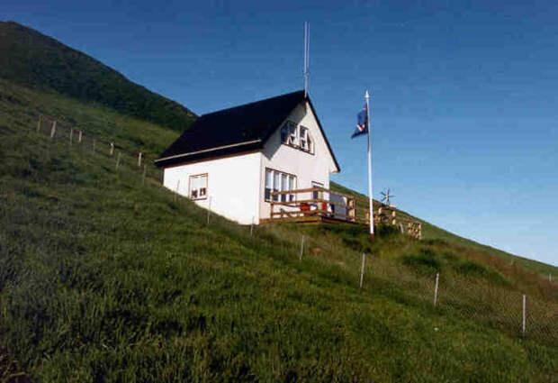 Для полного расслабления отдыхающих построили сауну с открытой террасой (о. Эдлидаэй, Исландия).   Фото: heimaslod.is.
