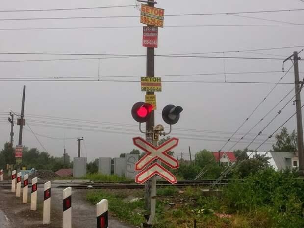 В Ленобласти на переезде столкнулись поезд и скутер
