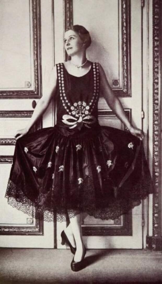Свобода движений в черном платье