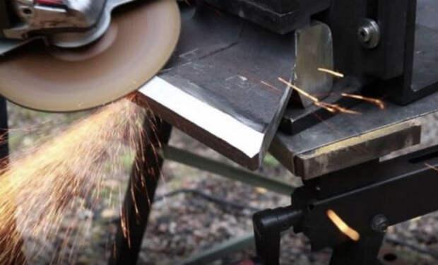 Превращаем старую рельсу в топор: кузнец показал процесс на видео