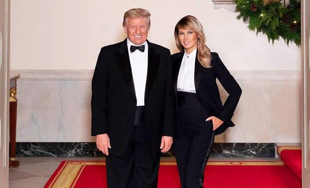 На стиле: Дональд и Мелания Трамп представили последнюю рождественскую открытку, сделанную в Белом доме