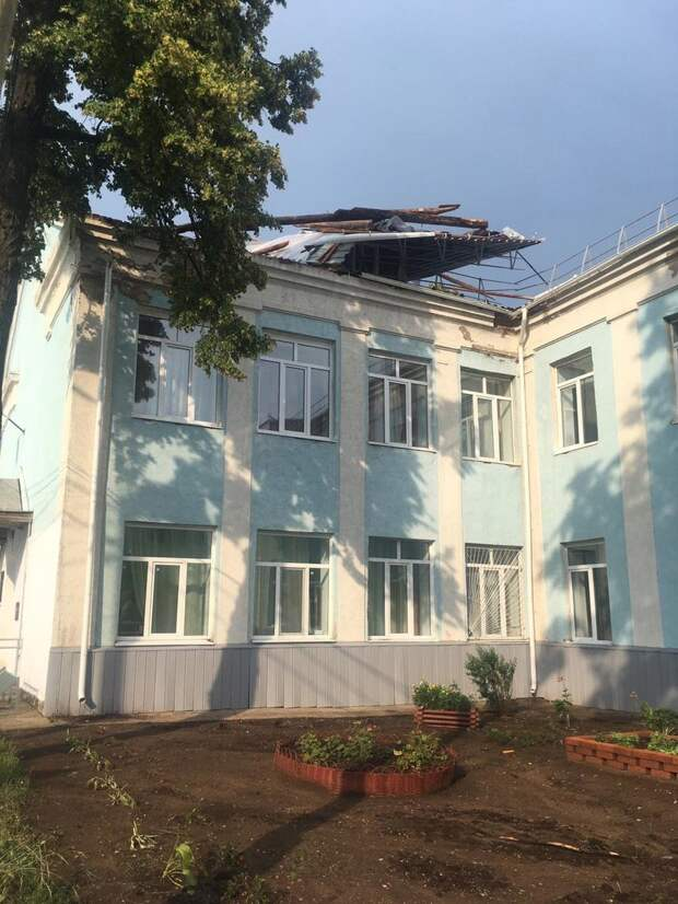 Два газопровода и крыши повредил ветер в Воткинске