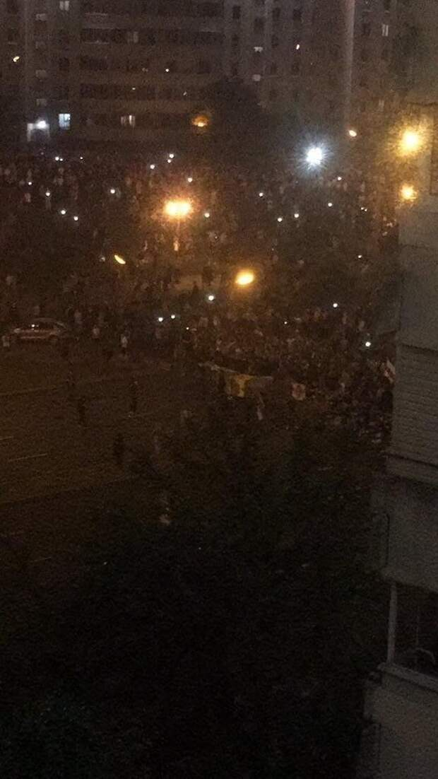 Вышел весь Минск: тысячи человек заняли улицы столицы и строят баррикады