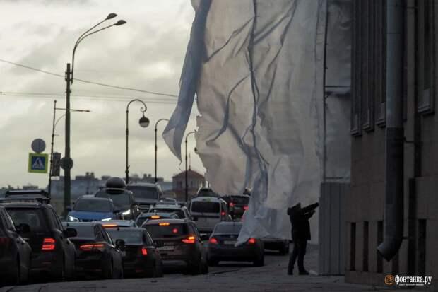 Погодные контрасты: в Петербурге набедокурил ветер, а потом все накрыло радугой