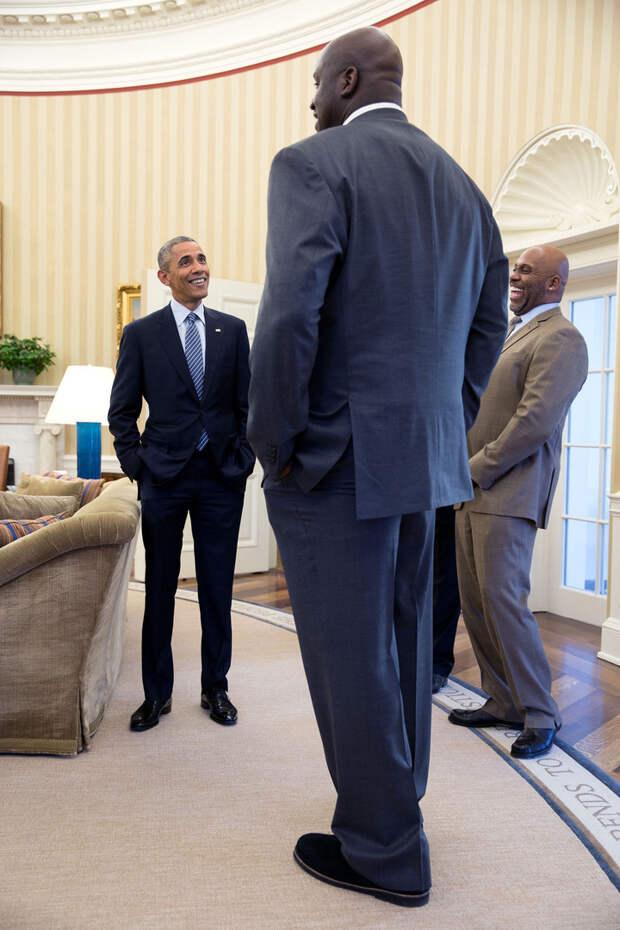 С известным баскетболистом и экс-игроком NBA Шакилом О'Нилом в Овальном кабинете.