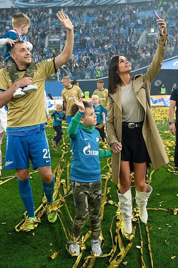 Артем и Кристина Дзюба с детьми
