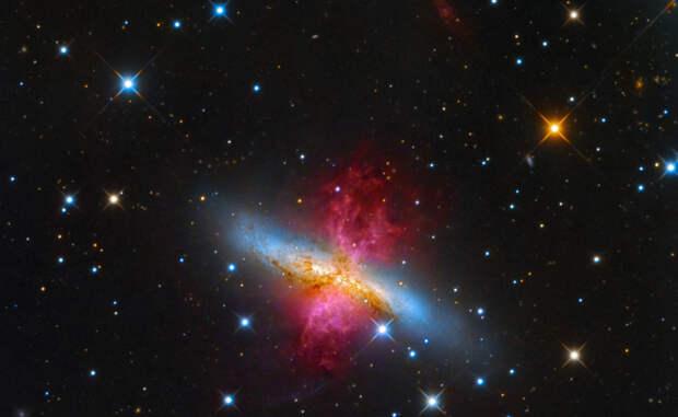 Галактика M82 Расстояние до этой галактики превышает 12 миллионов световых лет. Астрономы считают, что условия здесь напоминают ранний период нашей Вселенной, где только начинали образовываться звезды.