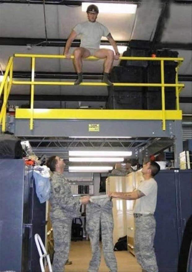 6. Серьезная работа просто обязывают быть несерьезными в нерабочее время мужчины впали в детство, смешно, фото