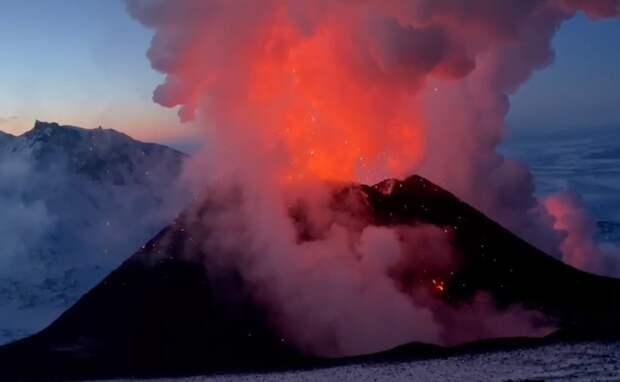 Храбрецы-экстремалы пожарили сосиски на извергающемся вулкане на Камчатке