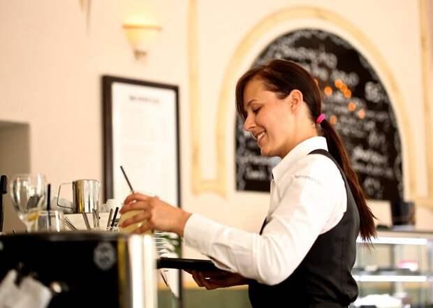 Подрабатываю официанткой по выходным, недавно работала на банкете: женился отец моей дочки