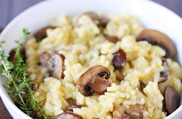 Добавляем в вареный рис сыр и грибы: превращаем скучный гарнир в ризотто