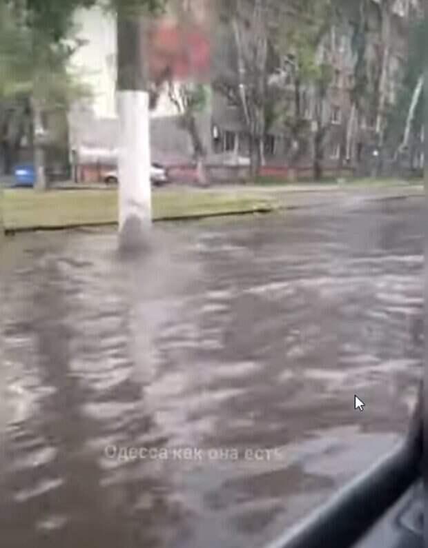 Потоп случился в Одессе: появилось видео, как улица ушла под воду