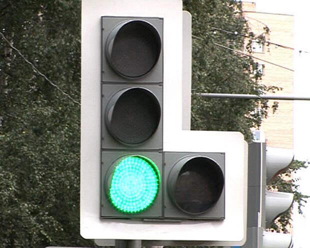 Можно ли повернуть направо, если горит основной зелёный без контурных стрелок, а доп. секция нет