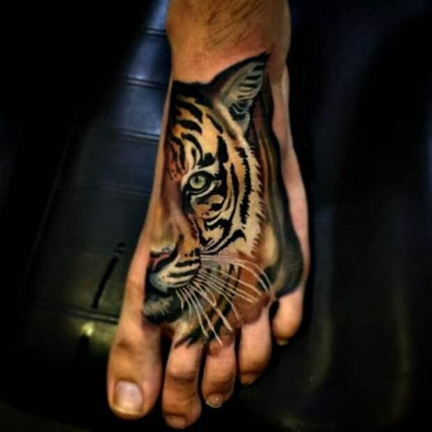Изображение тигра на ступне.
