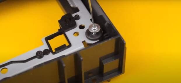 Отвертку для мелких шурупов сделать самостоятельно очень просто. /Фото: youtube.com