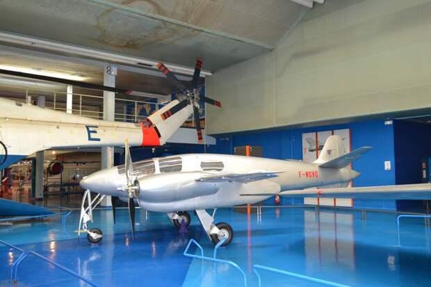 Летающая лаборатория Хирш Н.100 – самолет для проверки системы управления, устойчивой к турбулентности.Довольно симпатичная маленькая машина с двумя поршневыми моторами мощностью по 95 сил