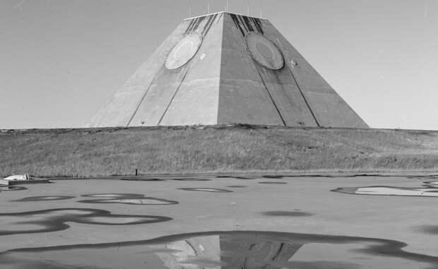 Плохие новости По счастью, Армагеддон миновал. Сверхдержавы подписали договоры об ограничении ядерных арсеналов. Хорошая новость для всей планеты, но плохая для американского бюджета. Строительство пирамиды влетело налогоплательщикам в колоссальные 5,7 миллиарда долларов, а в феврале 1976 года, спустя год и три месяца активной работы, она была просто выведена из эксплуатации.