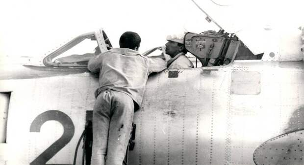 Техники в кабине самолета Су-17 борт 21 и на стремянке – предвкушают окончание летной смены. Сейчас самолет подцепят к тягачу и повезут на стоянку. До завтра
