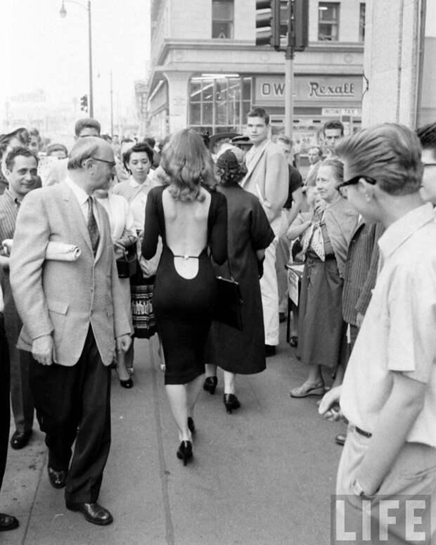 Вот какую реакцию вызывала в 1957 году девушка в платье с открытой спиной