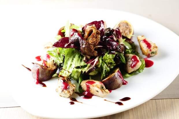 Теплый салат с индейкой и инжиром
