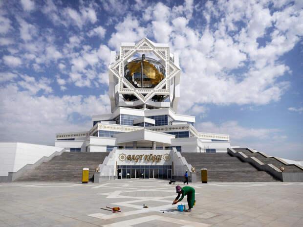 В разгар международного экономического кризиса в Ашхабаде построили Дворец счастья (дворец бракосочетаний) за 133 миллиона долларов