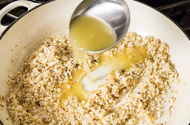 Рис жарим, а потом заправляем бульоном: обед и ужин сразу