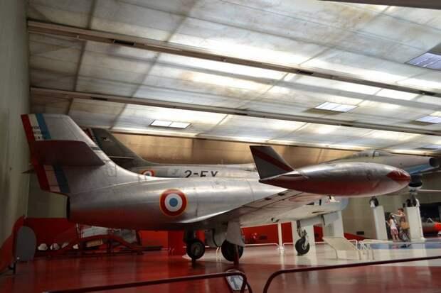 В средней части фюзеляжа самолета «Ураган» был установлен турбореактивный двигатель «Нин» 104 английской разработки – почти такой же, как и РД-45 нашего «МиГа»