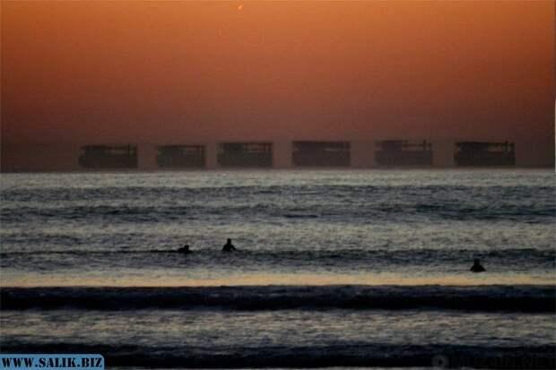 Фата-моргана одинокой лодки на горизонте.