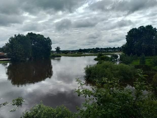 Вышедшая из берегов река затопила город в Тверской области