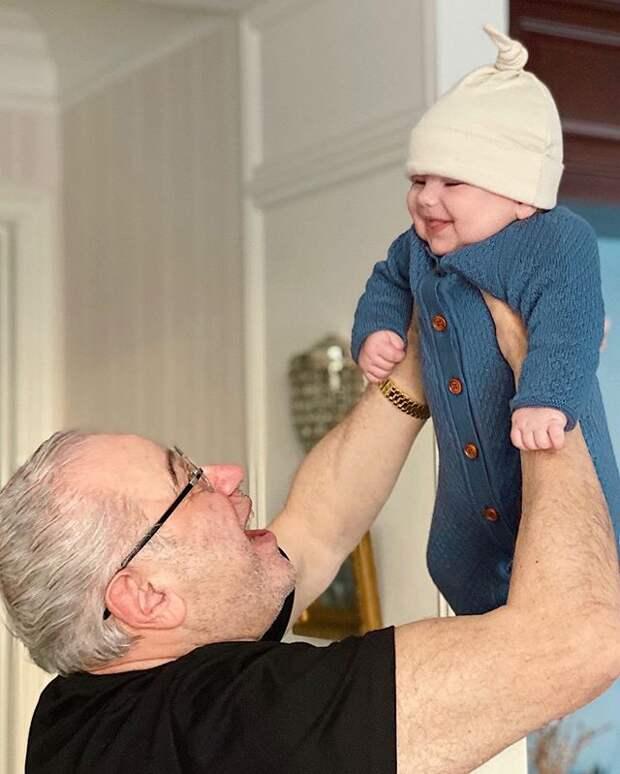 75-летний Петросян впервые показал своего маленького сына