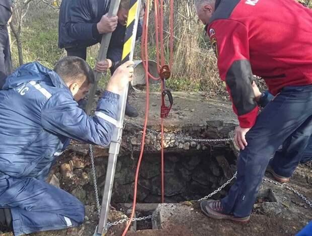 Крымские спасатели достали женщину из семиметрового колодца