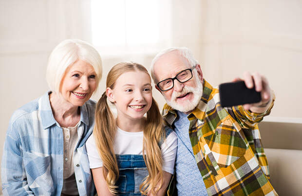 Право на заботу: власти поддержали законопроект об участии бабушек и дедушек в воспитании детей