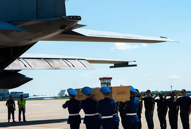 Церемония прощания и отправка в Нидерланды первого самолета с телами погибших