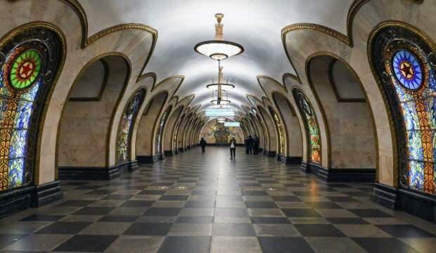 Более 114 тыс. кв. м витражей и окон почистили в московском метро к летнему сезону
