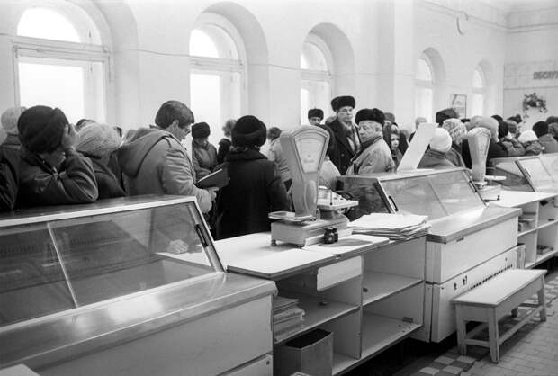 Когда рассказывают про пустые полки магазинов, это в основном как раз она - Россия. В то время как в Прибалтике, на Украине, в Молдавии и много где еще, такого не было Фото: ТАСС