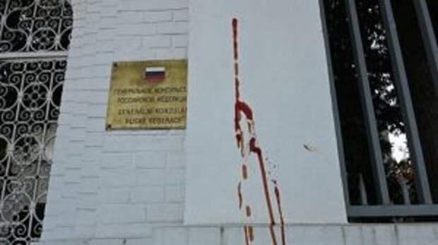 Неизвестные облили кетчупом посольство России в Чехии
