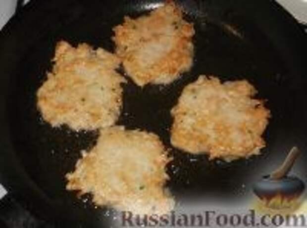 Фото приготовления рецепта: Картофельно-куриные оладьи - шаг №9