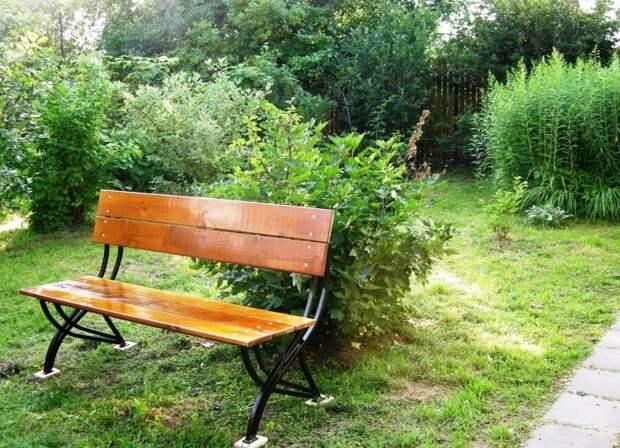 скамейка со стальными опорами