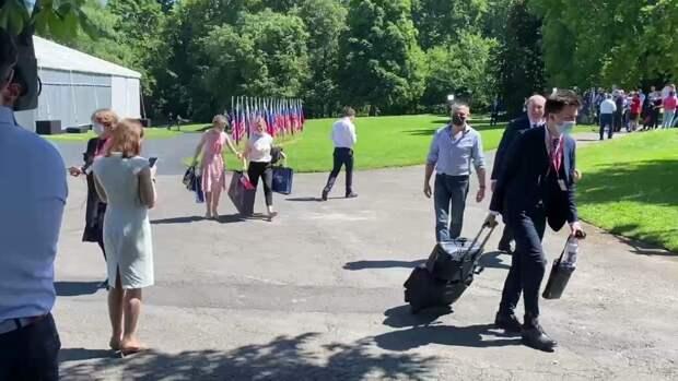 Российская делегация прибыла на саммит с Байденом с подарочными пакетами