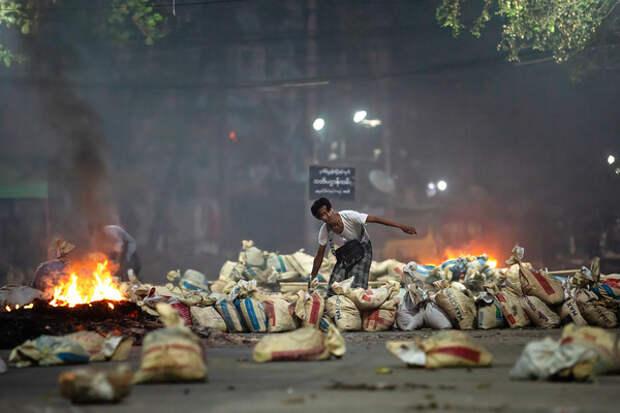 Армия Мьянмы отметила свой праздник парадом и расстрелом протестантов