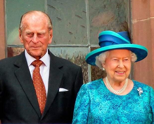 Елизавета II с супругом привились от коронавируса