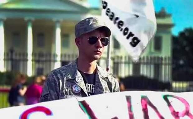 На фото: Дэниел Хейл во время протеста у Белого дома