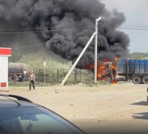 В поселке Полетаево сгорел мусоровоз перевозчика ТКО